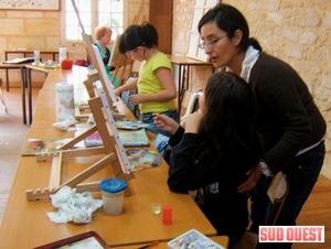 Alina Casaverde dans son atelier du mercredi à Saint-Laurent-d'Arce. (Photo L. P.)