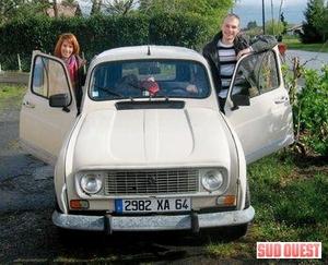 Annaëlle et Jean-François aux côtés de la 4L d'origine. (photo a. b.)