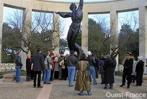 Un groupe d'Américains hier, au cimetière de Colleville-sur-Mer. La visite de leur président est fortement pressentie en ce même lieu le 3 avril.
