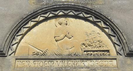 Sur le fronton de la porte droite de la nef, on peut remarquer un magnifique bas-relief représentant le saint martyre