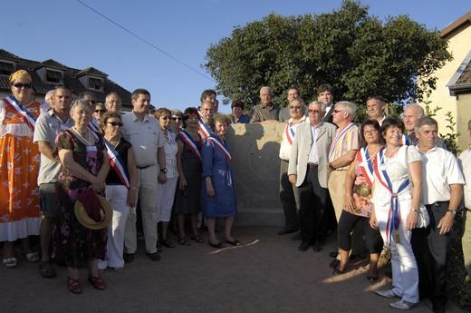 Les élus et les personnalités locales à l'inauguration de la stèle le 4  juillet 2009