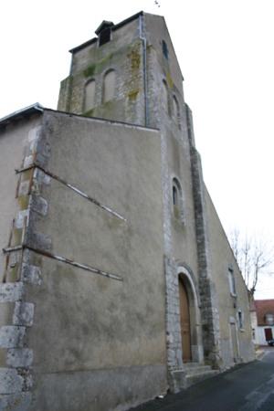 Le clocher porche du XIème siècle aux angles renforcés