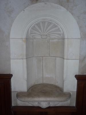 Piscine de type Renaissance qui rappelle que St Laurent des Eaux était situé sur un chemin de pèlerinage à St Jacques de Compostelle.
