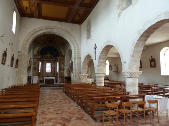 Le collatéral s'ouvre sur la nef par trois arcs à double rouleaux en plein cintre.
