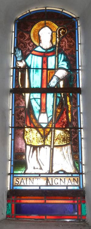 Un vitrail représentant  St Aignan orne l'ouverture de l'abside en 1880.